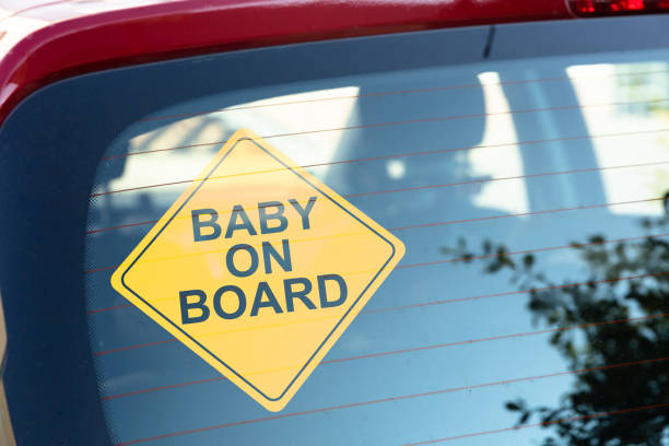 baby on board aufkleber auf auto heckscheibe - aufkleber stock-fotos und bilder
