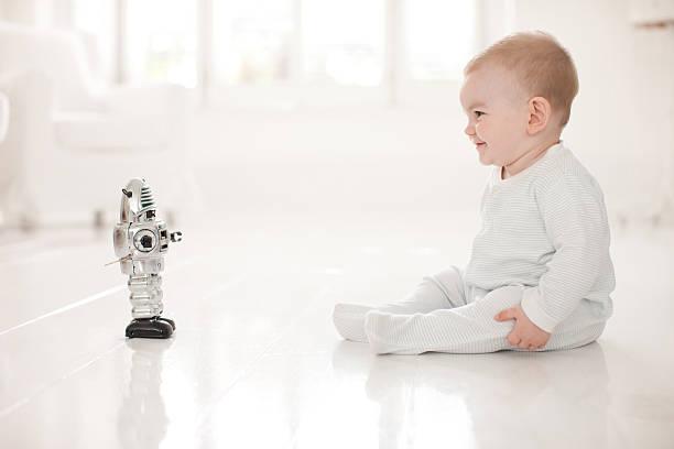 ベビー階のおもちゃのロボットである ストックフォト