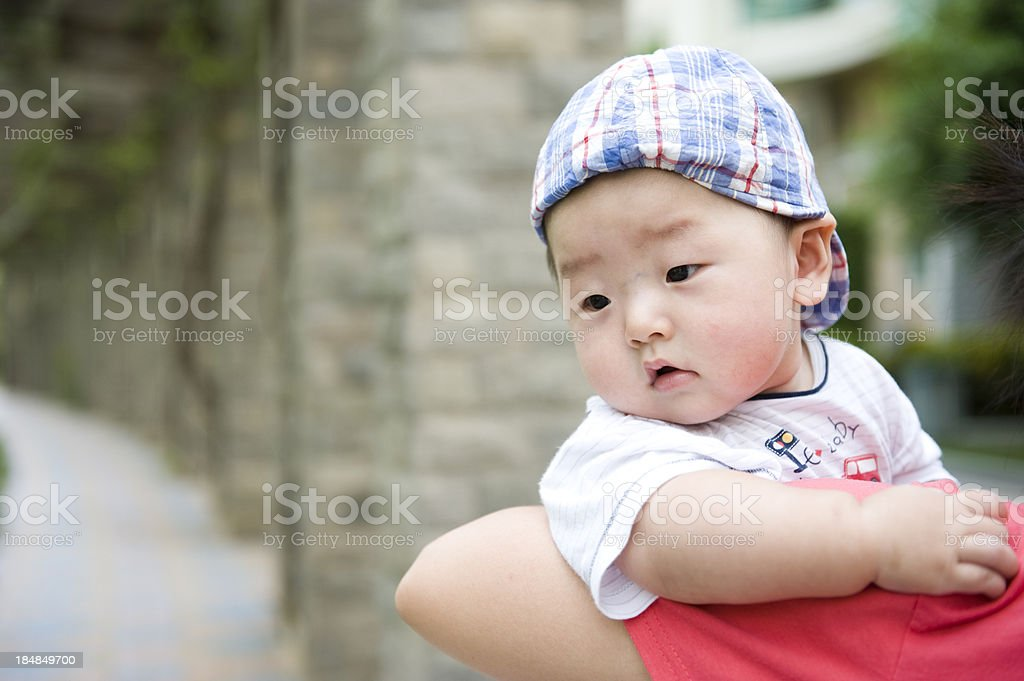 Baby mit Mama's Schulter Lizenzfreies stock-foto