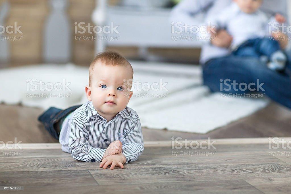 baby on the carpet photo libre de droits