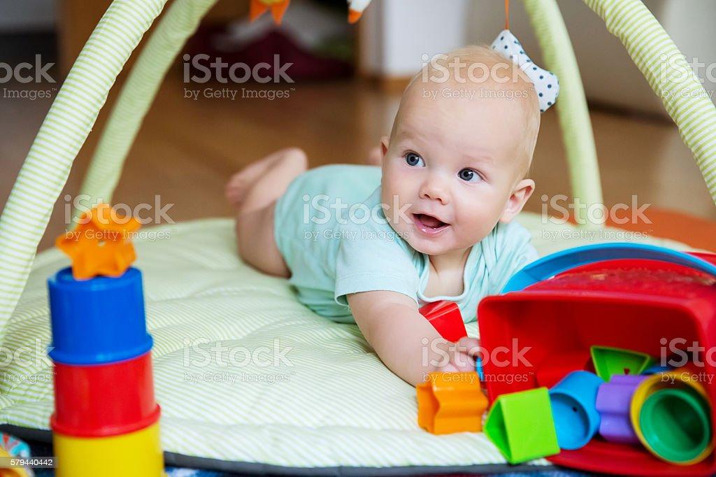 Bebé jugando y discovery - foto de stock