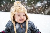ベビー外遊び雪の中