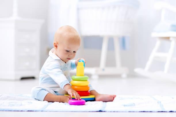 寶寶玩玩具金字塔。孩子們玩圖像檔