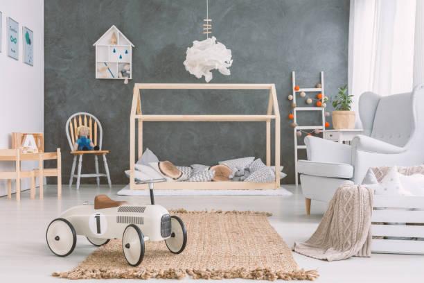 babyzimmer im skandinavischen stil - deckenleuchte kinderzimmer stock-fotos und bilder