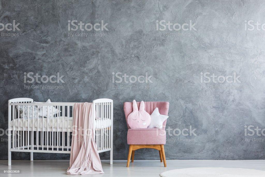 Quarto de bebê com berço e poltrona - foto de acervo