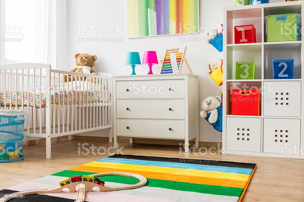 Baby room with white cradle and chest of drawers foto stock royalty-free