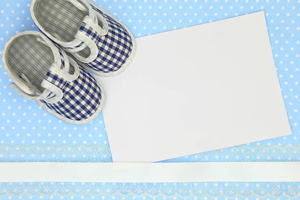 babyschuhe und leere karte auf blau gepunktete hintergrund - taufe texte stock-fotos und bilder