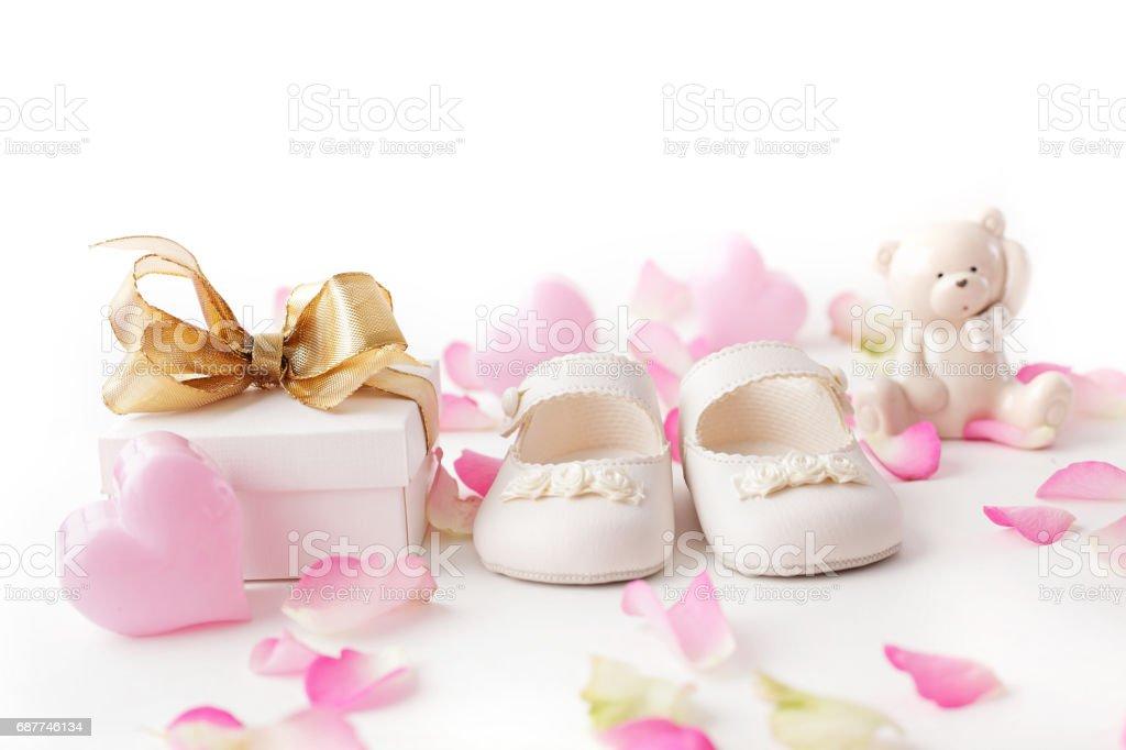 Babyschuhe und Geschenk - Lizenzfrei Ankündigung Stock-Foto