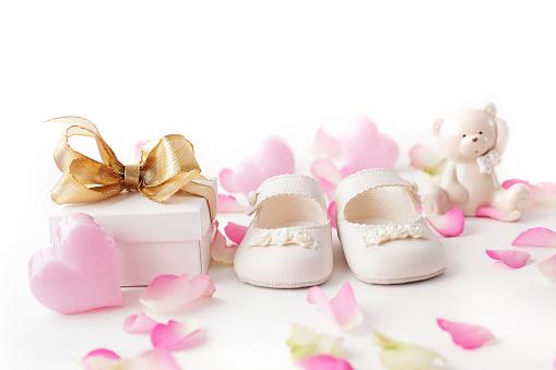 Babyschuhe Und Geschenk Stockfoto und mehr Bilder von Ankündigung