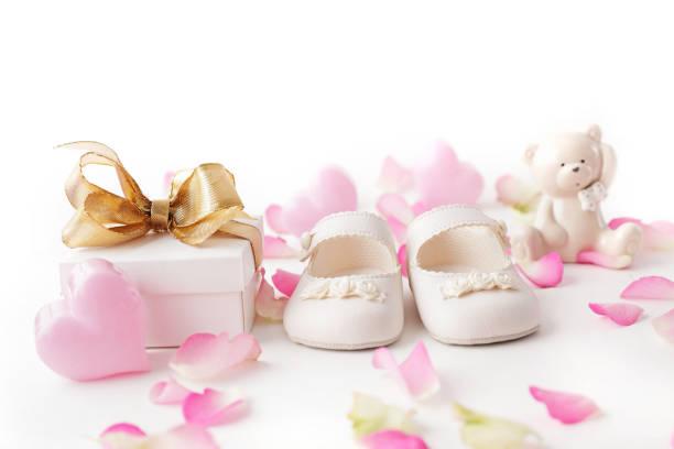 baby shoes and gift - baby shower fotografías e imágenes de stock