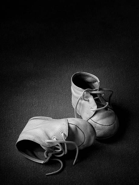 babyschuhe-bw - babyschuh stock-fotos und bilder