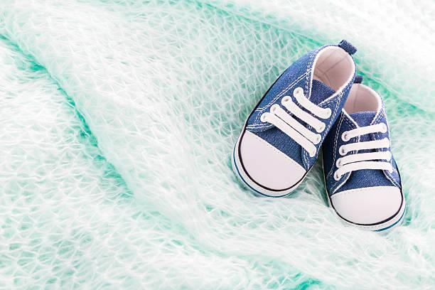 baby-schuhe decke - taufe texte stock-fotos und bilder