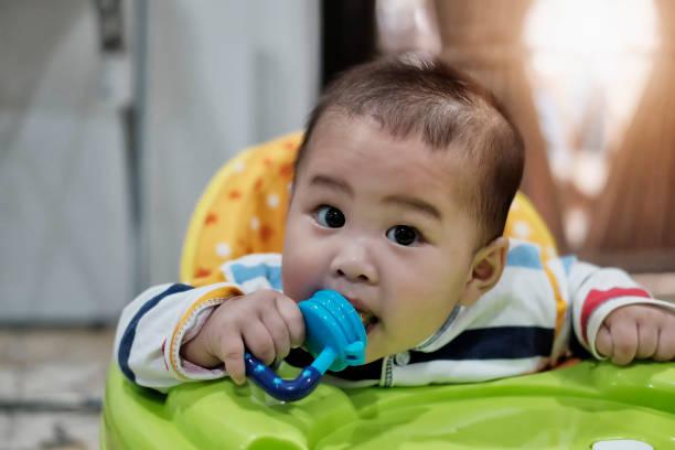baby-show glücklichen ausdruck. - sanft und sorgfältig stock-fotos und bilder