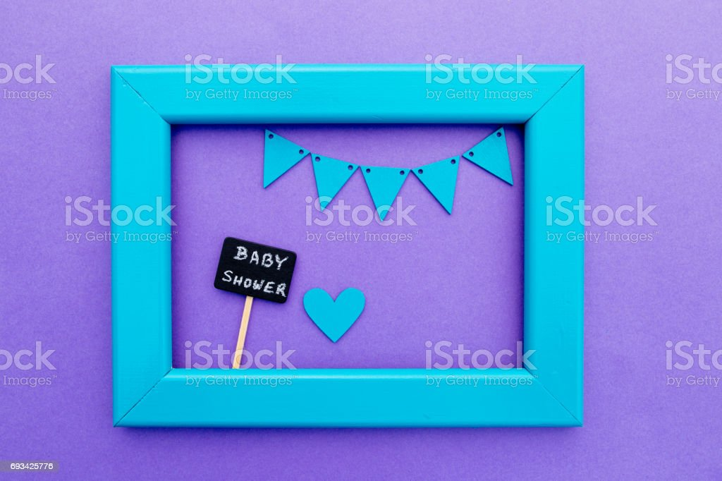 Chuveiro de bebê-sinal de quadro negro sobre fundo roxo com moldura turquesa e bunting - foto de acervo