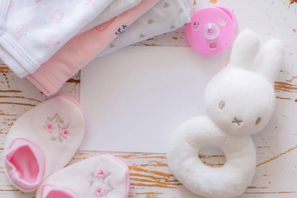 赤ちゃんシャワー コンセプト - 木材の背景の子 essencials - 出産 ストックフォトと画像