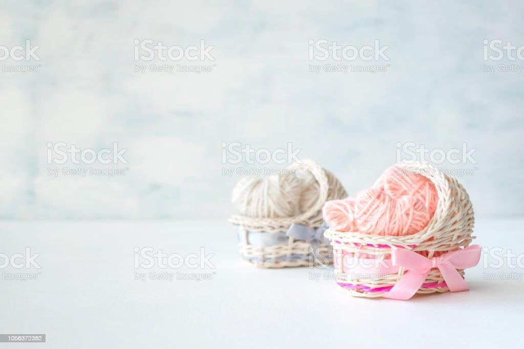 Idées de douche de bébé pour une fille et un garçon du parti. Roses et bleues décoratives paille berceaux au cœur de thread et texte garçon ou une fille. - Photo