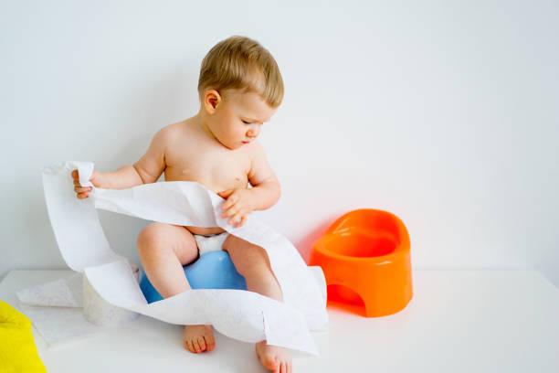 baby-sitting auf einem töpfchen - kinder wc stock-fotos und bilder