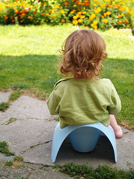 baby sitzt auf Töpfchen – Foto