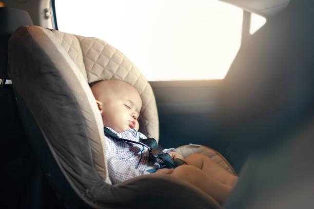 bébé dormir en voiture - child car sleep photos et images de collection