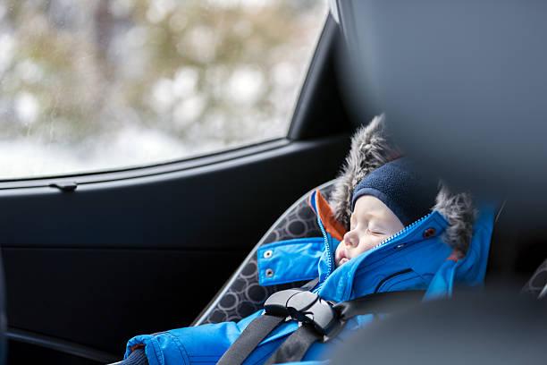 baby sleeping in car seat, winter season - child car sleep photos et images de collection
