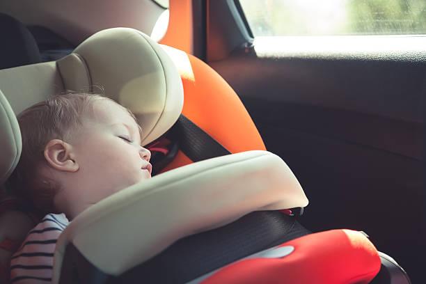chambre de bébé dans un siège de voiture pendant votre séjour - child car sleep photos et images de collection