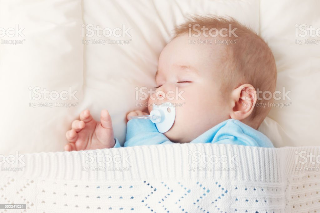 bebê dormindo no cobertor azul - foto de acervo