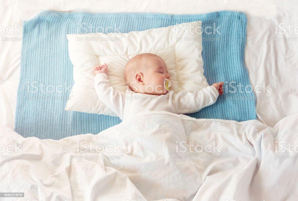 Bebê em cobertor dormindo azul - foto de acervo