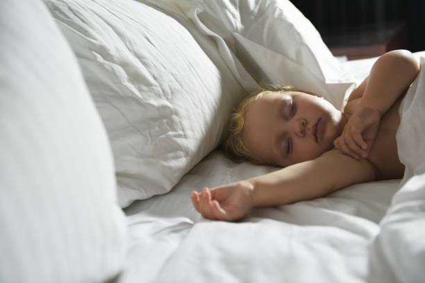 Bébé dort au lit. - Photo