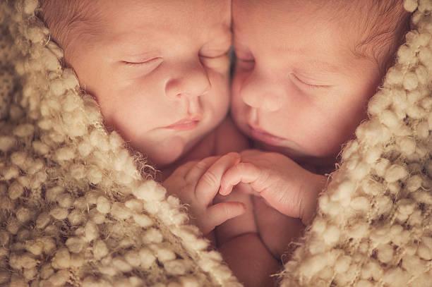baby kleine twins und neugeborenes und herzen - zwillinge stock-fotos und bilder