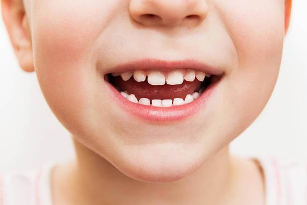 baby lächeln in der nähe - menschlicher mund stock-fotos und bilder