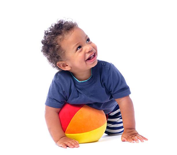 Baby Lächeln und Blick nach oben, während Sie spielen mit einem Ball – Foto