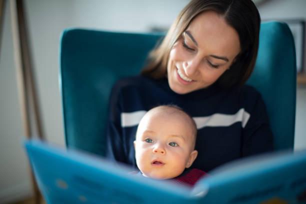 Baby Sohn sitzen auf Mütter Nimmer Lesen Geschichte Buch zusammen – Foto