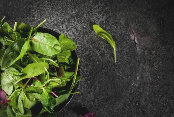 baby-spinat-blätter - tropfenblatt tisch stock-fotos und bilder