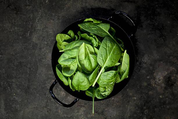 Baby Spinat Blätter auf schwarzem Hintergrund – Foto