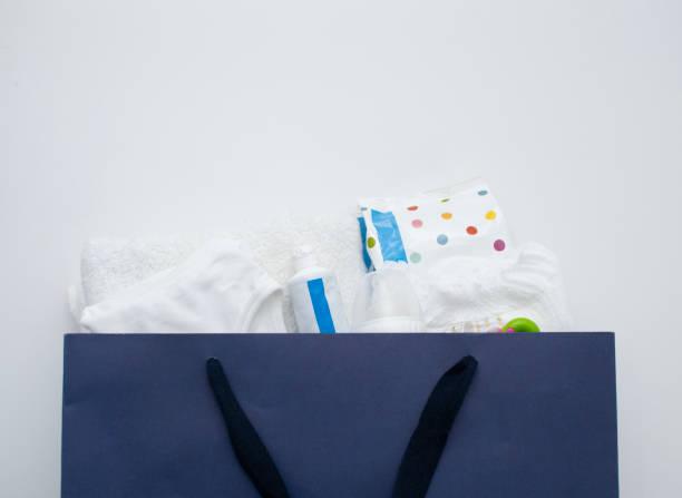 baby-sachen im blaubuch warenkorb - windel partys stock-fotos und bilder