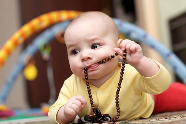 Bebé microesferas extracción - foto de stock