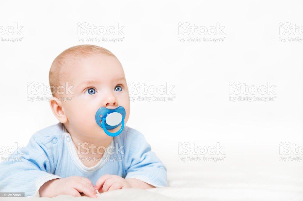 Baby zuigen fopspeen baby jongen jongen verhogen van hoofd kind