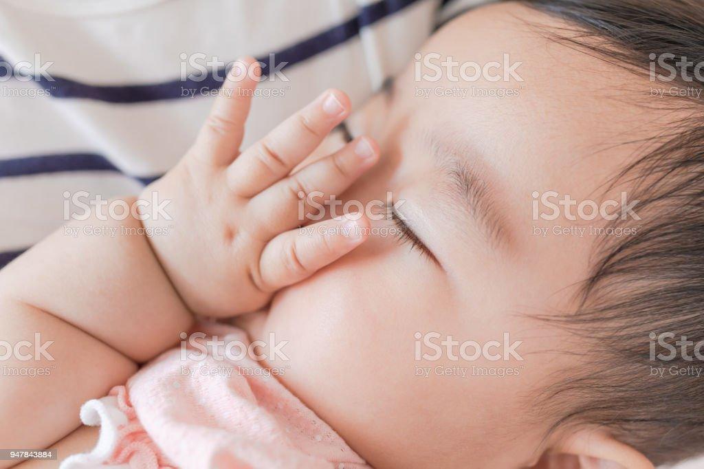 昼寝をする赤ちゃん ストックフォト