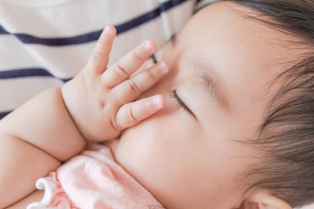 昼寝をする赤ちゃん - 出産 ストックフォトと画像