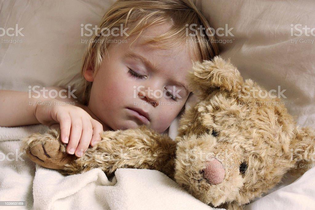 Schlafende baby Kleinkind mit Teddybär – Foto
