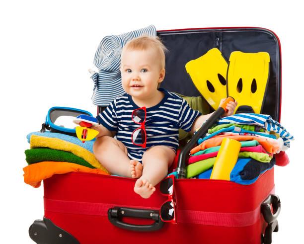 baby travel koffer, kind sitzen im gepäck reisen, kind in urlaub gepäck voller strand sachen, weiß isoliert - kleinkind busy bags stock-fotos und bilder