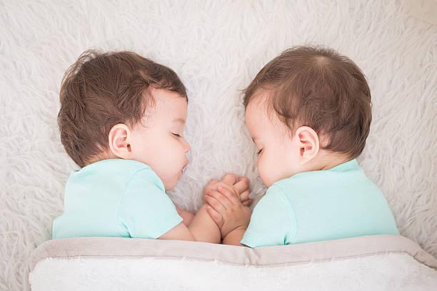 baby twins sleeping - zwillinge stock-fotos und bilder