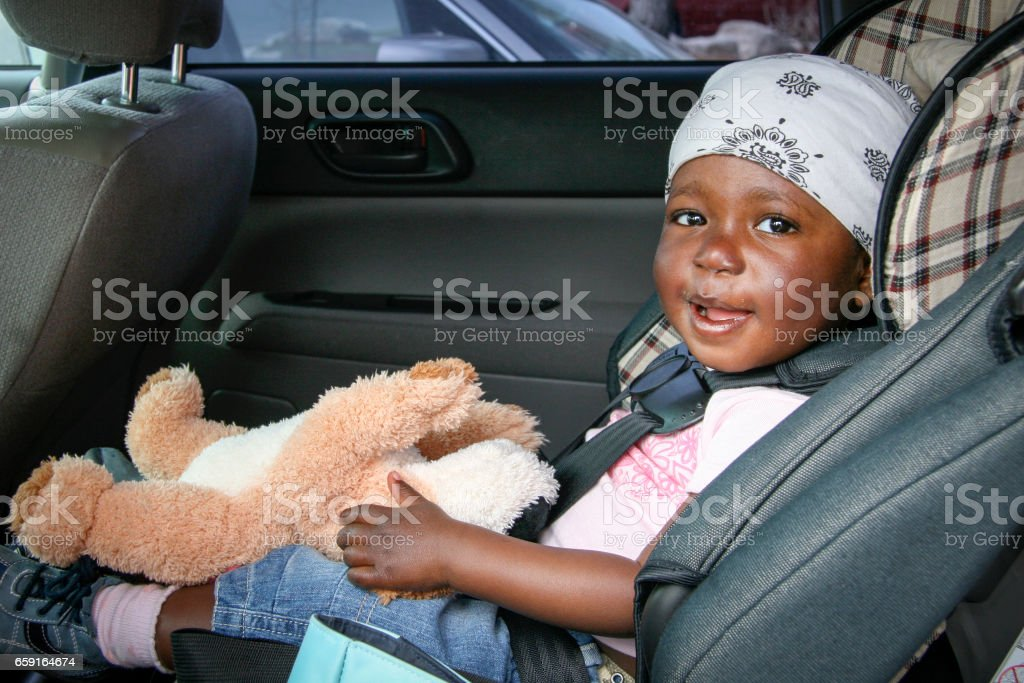 Baby waiting in car seat - foto de stock