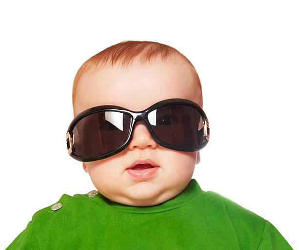 baby mit großen sonnenbrille - sonnenbrille kleinkind stock-fotos und bilder