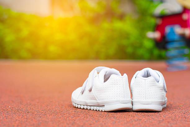 baby white sport shoes - babyschuhe nähen stock-fotos und bilder