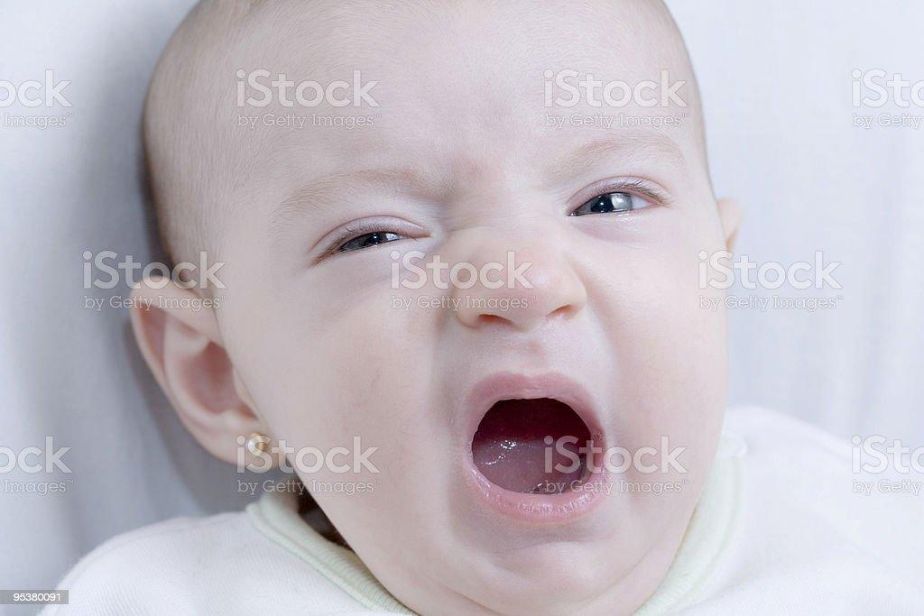 Baby Gähnen im Bett Lizenzfreies stock-foto