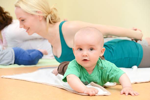 baby yogagroup-training mit kindern - kundalini yoga stock-fotos und bilder