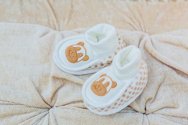 baby-schuhe - babyschuhe nähen stock-fotos und bilder