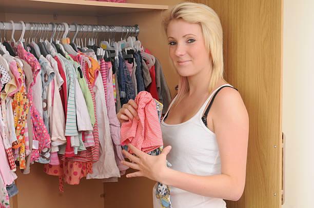 baby-garderobe - mutterkleiderschrank stock-fotos und bilder