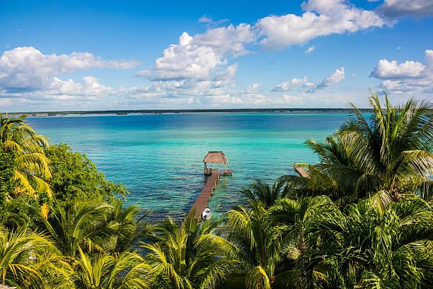 bacalar lago no caribe. quintana roo, méxico, rivier maya. - laguna - fotografias e filmes do acervo